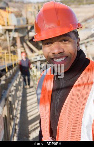 Ingenieur auf einem Förderband auf einer Baustelle - Stockfoto