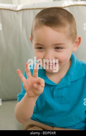 """Junge Unterzeichnung die Zahl """"9"""" in amerikanischer Gebärdensprache - Stockfoto"""