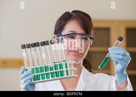 Laborantin, die Analyse einer Probe im Reagenzglas - Stockfoto