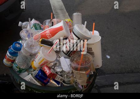 Ein überquellenden Papierkorb ist auf den Straßen von New York im Stadtteil Chelsea gesehen. - Stockfoto