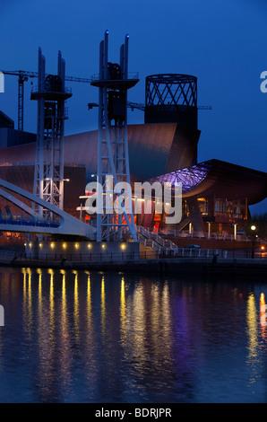 Großbritannien, England, Salford Quays, Lowry Cenre über Manchester Ship Canal in der Nacht - Stockfoto