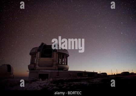 Nachts auf dem Mauna Kea, zeigt das Gemini-Teleskop mit dem Licht von Mondaufgang im Osten sichtbar - Stockfoto