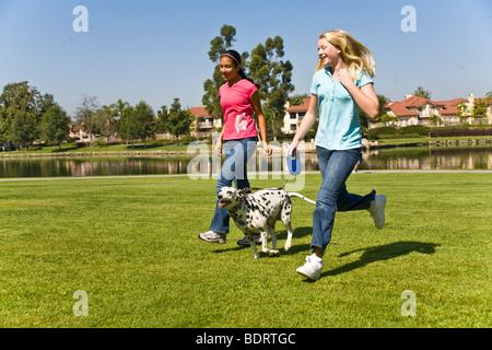 Hundebesitzer 11-13 Jahr Jahre alt läuft multikulturellen Multi mix Vielfalt spanischer Kaukasischen Tween Tweens - Stockfoto