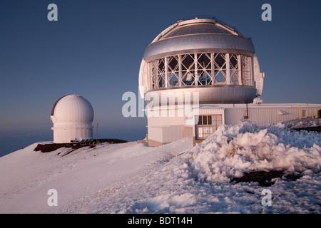 Canada-France-Hawaii Telescope (links) und Gemini Nord 8-Meter-Teleskop (Mitte) in der Dämmerung zu sehen. - Stockfoto