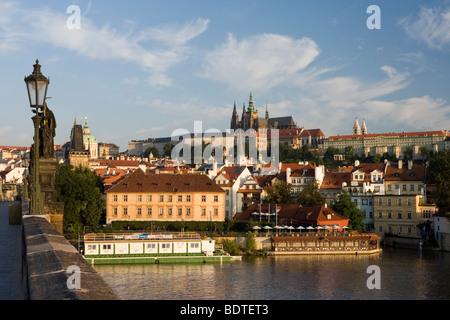 Pragerburg und St. Vitus Cathedral angesehen von der Karlsbrücke in Prag, Tschechien. - Stockfoto