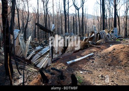Verkohlte Wellblech nach einem Buschfeuer, Marysville, Victoria, Australien - Stockfoto