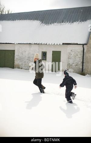Mutter und junge spielt im Schnee Gotland - Stockfoto