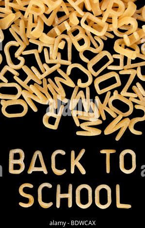 Zurück zur Schule in Suppennudeln Kinder Alphabet geschrieben. - Stockfoto