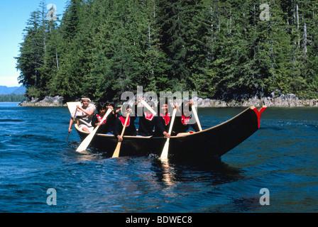 386272d621e4 ... Indianer, die in einem traditionellen Einbaum-Kanu Kanufahren in der  Nähe von Bella Bella