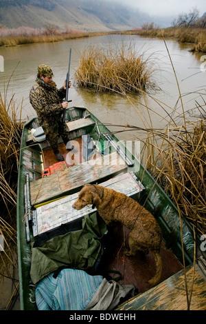 Ein Mann und sein Hund darauf vorbereiten, Ente Jagd in der Snake River Canyon flussaufwärts vom Swan fällt Dam. - Stockfoto