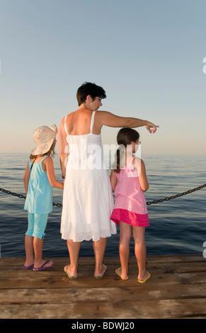 Mutter und zwei Töchter, zeigte auf dem Wasser - Stockfoto