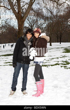 LONDON: JUNGES PAAR IN ST JAMES' PARK IM SCHNEE - Stockfoto