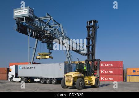 Container Terminal Bonn, LKW mit einem 40-Fuß-Container aus einem Portalkran, Container Stapler an der Front, Nort - Stockfoto