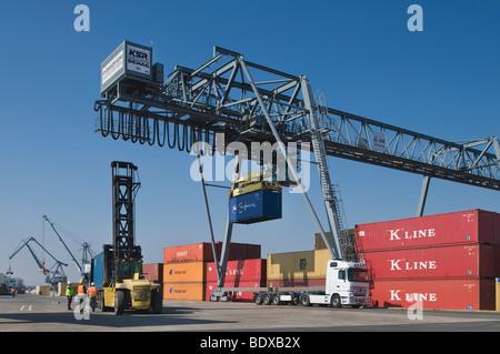 Container Terminal Bonn, Portalkran, die Verladung von Containern auf LKW, Arbeitnehmer stehen neben eines Container - Stockfoto