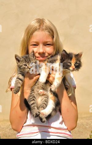 Mädchen spielen mit Kätzchen - Stockfoto