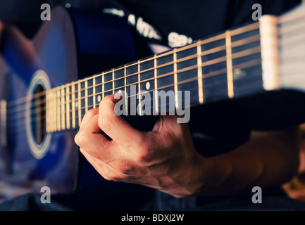 Der Mensch spielt eine Gitarre, Finger halten Sie einen Akkord - Stockfoto