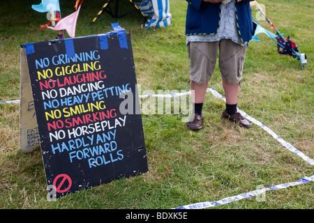 Eine Unschärfe Fell und amüsante Schild am Camp Bestival 2009 bei Lulworth Bus in Lulworh, Dorset. - Stockfoto