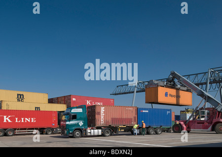 Container verladen auf LKW, Container Terminal Bonn erreichen Stapler heben einen 40-Fuß-Container, Portalkran bei - Stockfoto