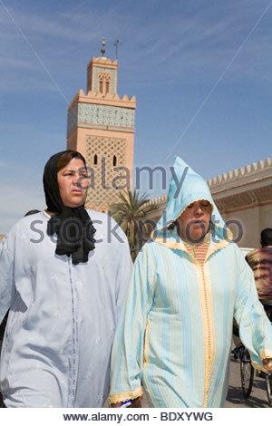 Zwei arabische Frauen in traditioneller Kleidung Fuß vor Moulay El Yazid Moschee in Marrakesch, Marokko - Stockfoto