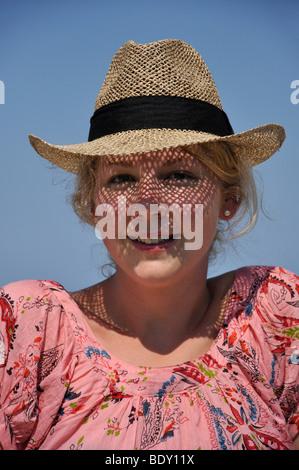 Junge Frau in Sonnenhut, Otranto, Provinz Lecce, Apulien Region, Italien - Stockfoto