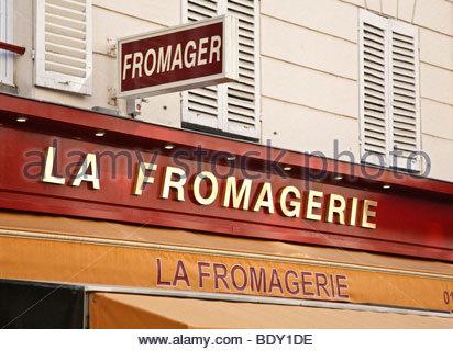 Ladenschilder oberhalb einer Fromagerie (Käserei) auf Rue Cler in Paris, Frankreich - Stockfoto