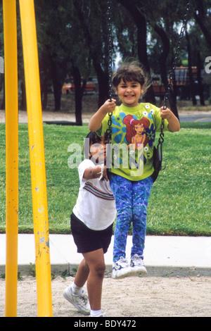Amerikanischer junge, der latino-mädchen datiert