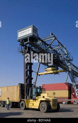Bonn-Container-terminal, erreichen Stapler Einstellung eines Containers auf LKW-Chassis, Bonn, Nordrhein-Westfalen, - Stockfoto