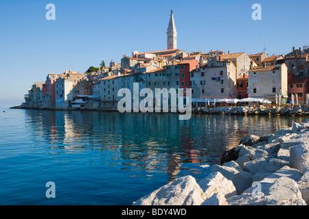 Altstadt Rovinj, gesehen vom Pier von den südlichen Hafen, Rovinj, Istrien, Kroatien, Europa - Stockfoto