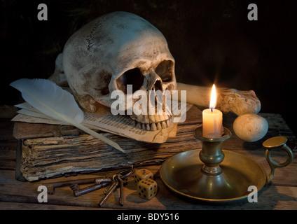 Altmeister Bild mit Totenkopf, antikes Buch und Kerze - Stockfoto