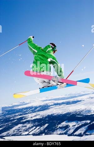 Mann grabbing Ski mitten in der Luft. - Stockfoto