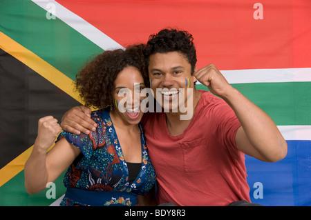 Paar lächelnd mit südafrikanischen Flagge - Stockfoto