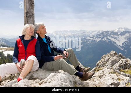 Älteres Paar auf Berggipfel - Stockfoto