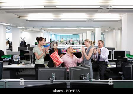 Ein Business-Mann Geburtstag im Büro - Stockfoto