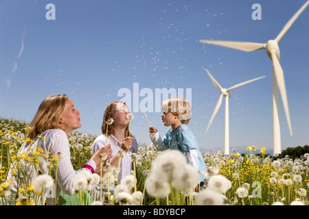 Mädchen und jungen und Mutter an Windenergieanlagen - Stockfoto