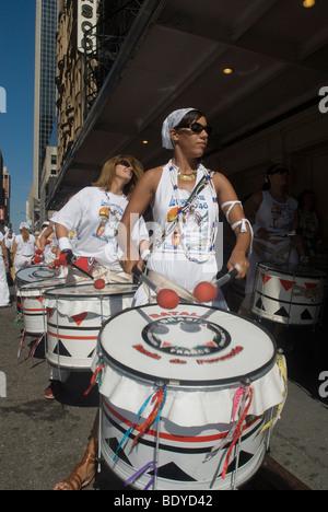 Brasilianische Tänzerinnen und PerformerInnen mitmachen Lavagem da Rua 46 (Reinigung der 46th Street) Prozession - Stockfoto