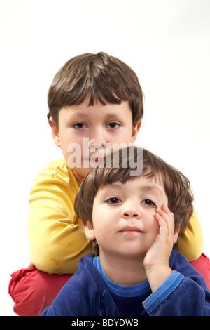 Sechs-jähriger Junge mit seiner drei-jährige Schwester - Stockfoto