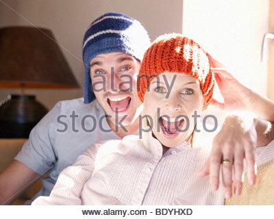 Mann und Frau auf dem Sofa im Wohnzimmer - Stockfoto