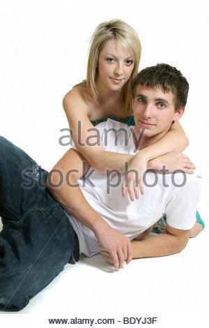Ein Studioportrait von einem Teenager-Paar. - Stockfoto