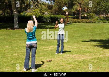 11-13 Jahre alten Olds Junior high Mädchen werfen Ball zueinander. Herr © Myrleen Pearson - Stockfoto