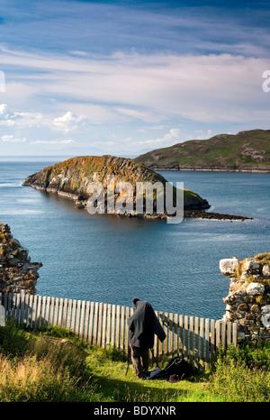 Fotograf auf der Insel Skye, Atlantik mit Ruinen, Schottland, Großbritannien, Europa - Stockfoto