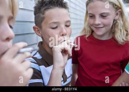Zwei jungen, rauchte eine Zigarette, ein Mädchen beobachten - Stockfoto