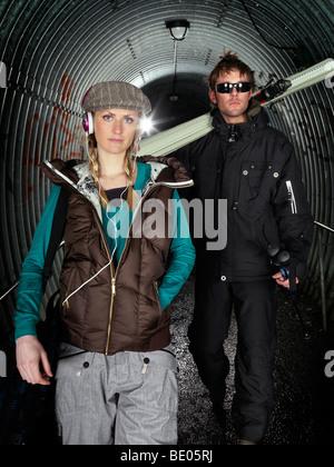 Paar posiert im Tunnel. - Stockfoto