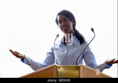Frau im Gespräch während einer Konferenz - Stockfoto