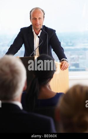 Mann während einer Konferenz sprechen - Stockfoto