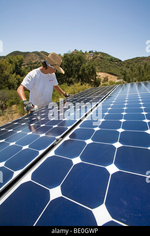 Arbeitnehmer zu installieren eine Solaranlage auf einem Hügel in Malibu, Kalifornien, USA - Stockfoto