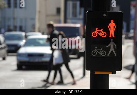 Fußgänger beim Überqueren der Straße mit einem Papageientaucher Kreuzung in die alten Steine sind von Brighton, - Stockfoto