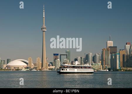 Stadt von Toronto, CN Tower und Lake Ontario, Toronto, Ontario, Kanada, Nordamerika - Stockfoto