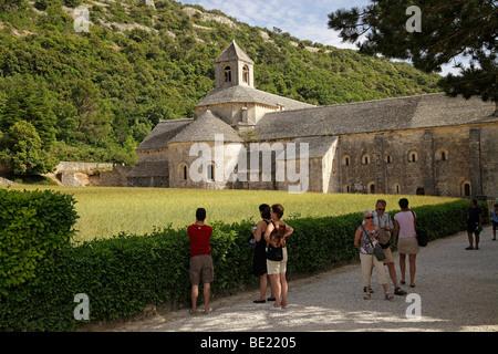 Touristen besuchen die Zisterzienser Kloster Senanque in der Nähe von Gordes, Provence, Frankreich - Stockfoto
