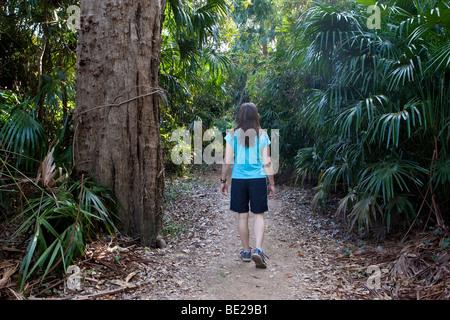 Eine Frau, die zu Fuß durch Manngarre Monsunwald im Kakadu National Park - Stockfoto