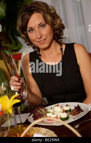 Junge Frau mit einem Sektglas - Stockfoto